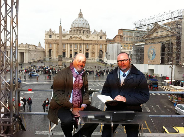 Eric-Frattini-junto-a-Alfredo-Macchi-de-TG5-de-Italia-en-la-Piazza-San-Pietro-8-marzo-2013.jpg