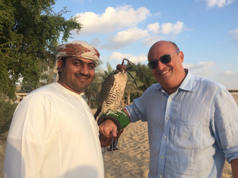 Eric-y-Halcón-Afgano-3-años-en-Dubai-y-halconero-Barj-2.jpg